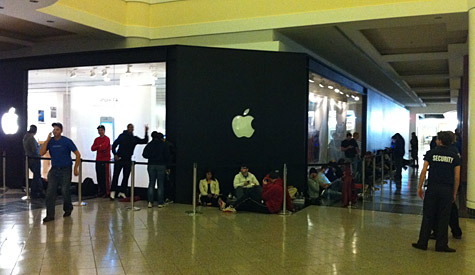 iPhone 4S launches at 8:00 am Local Time 1